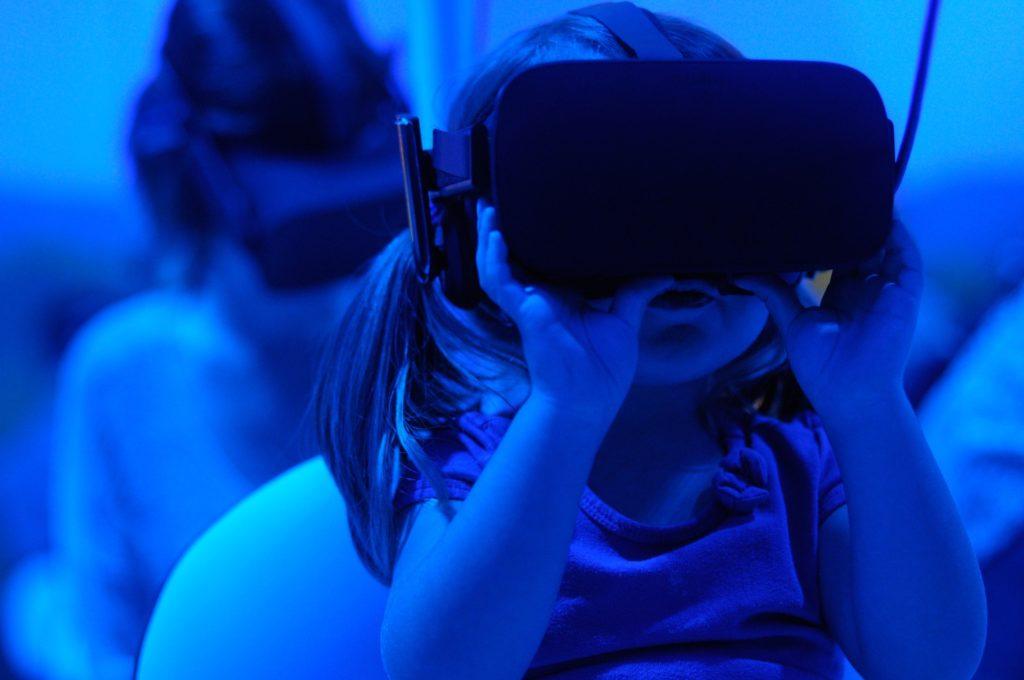 criança usando óculos de realidade virtual